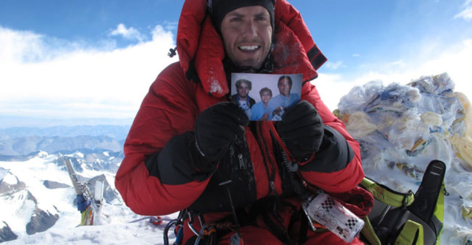 Montañista mexicano recibe premio Guinness por escalar el Everest