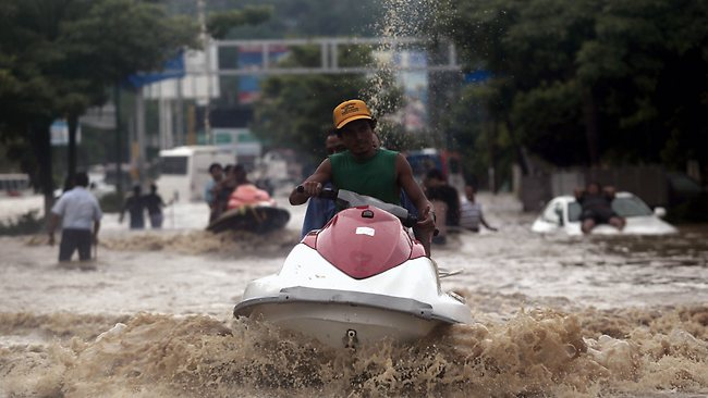 Fuente: Inundaciones en Acapulco, México, 2013. AFP. www.news.com.au/travel/travel-updates/thousands-of-acapulco-tourists-stranded-by-storms-38-people-killed/story-e6frfq80-1226721438618
